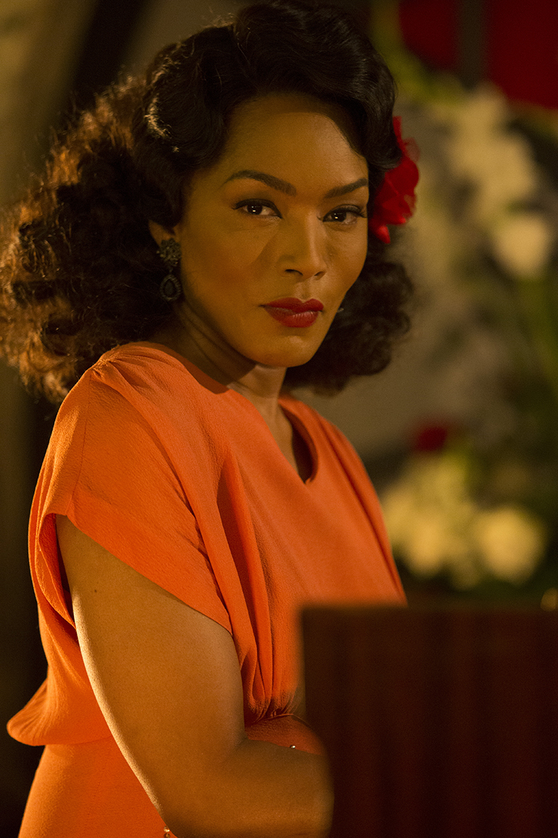 Eva (Angela Bassett) playing the piano